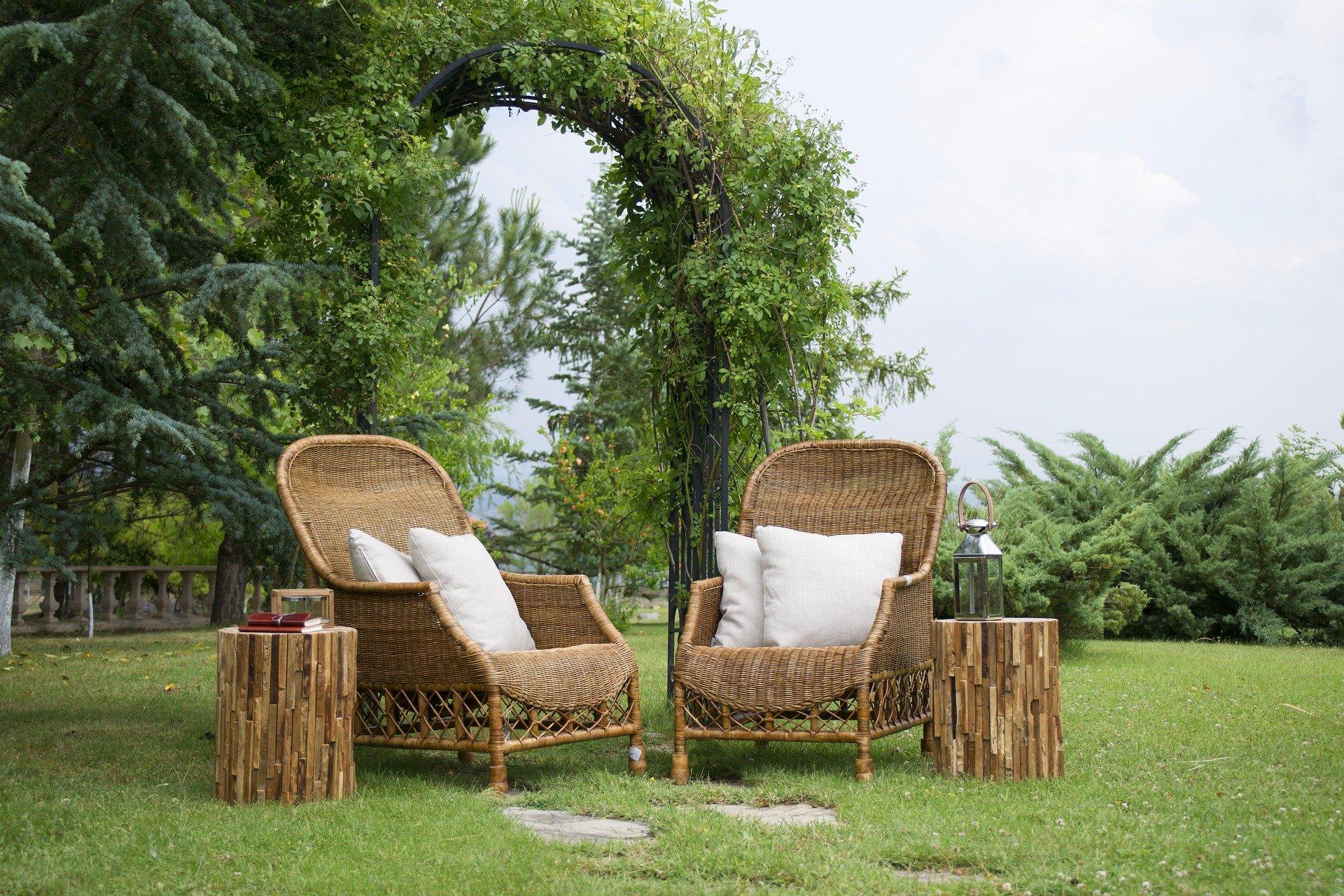 fauteuils dans l'herbe